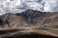 Paisaje de la montaña alrededor del distrito de Leh, Ladakh, en el estado indio del norte de Jammu y Cachemira Fotografía de archivo libre de regalías