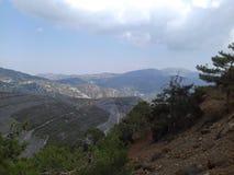 Paisaje de la montaña Altas montañas grises y vegetación escasa Imagen de archivo