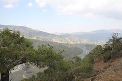 Paisaje de la montaña Altas montañas grises y vegetación escasa Foto de archivo