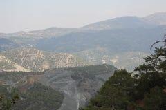Paisaje de la montaña Altas montañas grises y vegetación escasa Imágenes de archivo libres de regalías
