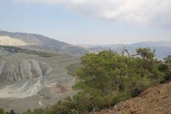 Paisaje de la montaña Altas montañas grises y vegetación escasa Foto de archivo libre de regalías