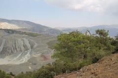 Paisaje de la montaña Altas montañas grises y vegetación escasa Fotos de archivo libres de regalías