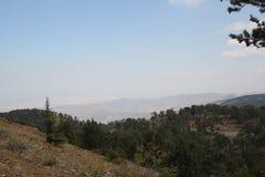 Paisaje de la montaña Altas montañas grises y vegetación escasa Fotografía de archivo libre de regalías