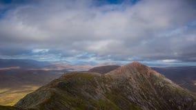Paisaje de la montaña Buachaille Etive en Glencoe en las montañas escocesas almacen de metraje de vídeo