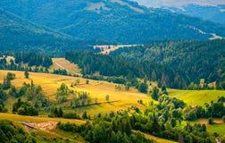 Paisaje de la montaña cárpata del panorama con el cielo nublado azul en verano Fotografía de archivo libre de regalías