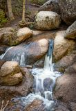 Paisaje de la montaña Cala, corriente, primavera en el bosque, rocas grandes del bosque Agua corriente lisa sedosa Parque naciona Fotografía de archivo