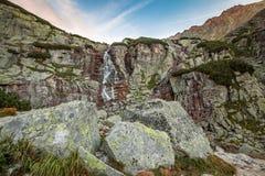 Paisaje de la montaña de la cascada Fotografía de archivo libre de regalías