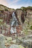 Paisaje de la montaña de la cascada Foto de archivo libre de regalías