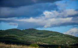 Paisaje de la montaña Cielo azul con las nubes lluviosas tiempo soleado las aventuras del viaje y de la pasión por los viajes le  fotografía de archivo libre de regalías