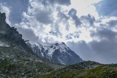 Paisaje de la montaña con Aiguille du Midi en la distancia Imagen de archivo libre de regalías