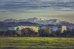 Paisaje de la montaña con el bloque de viviendas Fotos de archivo