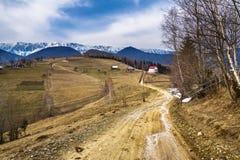 Paisaje de la montaña con el camino rural Fotos de archivo