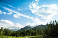 Paisaje de la montaña con el cielo azul y las nubes Fotos de archivo