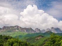 Paisaje de la montaña con el cielo azul y las nubes blancas Imagen de archivo