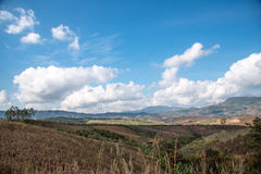 Paisaje de la montaña con el cielo de la nube Fotos de archivo libres de regalías