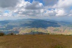 Paisaje de la montaña con el cielo de la nube Imagenes de archivo