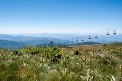 Paisaje de la montaña con el ferrocarril aéreo Fotos de archivo libres de regalías