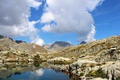 Paisaje de la montaña con el lago Fotografía de archivo libre de regalías