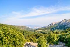 Paisaje de la montaña con el mar y las islas en el horizonte Imagen de archivo libre de regalías