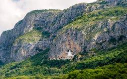 Paisaje de la montaña con el monasterio de Ostrog Fotografía de archivo