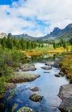 Paisaje de la montaña con el río Fotos de archivo libres de regalías