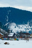 Paisaje de la montaña con el río, el bosque spruce y las casas tradicionales Imágenes de archivo libres de regalías