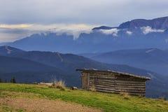 Paisaje de la montaña con la cabaña del sheperd imágenes de archivo libres de regalías