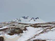Paisaje de la montaña con la nieve, Islandia fotos de archivo