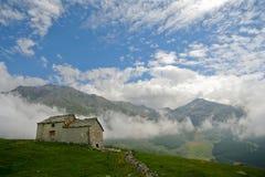 Paisaje de la montaña con la pequeña casa abandonada Imagen de archivo libre de regalías