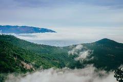 Paisaje de la montaña con las nubes Fotos de archivo