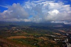 Paisaje de la montaña con las nubes Imagen de archivo libre de regalías