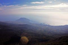 Paisaje de la montaña con las nubes y el mar Imágenes de archivo libres de regalías