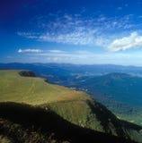 Paisaje de la montaña con las ovejas. Foto de archivo libre de regalías