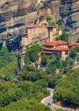 Paisaje de la montaña con las rocas y el monasterio de Meteora Foto de archivo libre de regalías