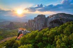 Paisaje de la montaña con las rocas y el monasterio de Meteora Imagen de archivo