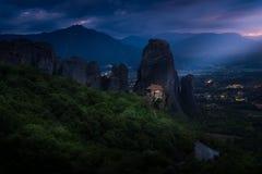 Paisaje de la montaña con las rocas y el monasterio de Meteora Fotografía de archivo libre de regalías