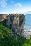 Paisaje de la montaña con las rocas y el monasterio de Meteora Foto de archivo