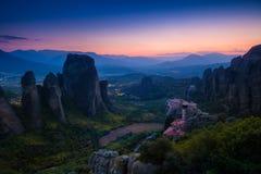 Paisaje de la montaña con las rocas y el monasterio de Meteora Imagen de archivo libre de regalías