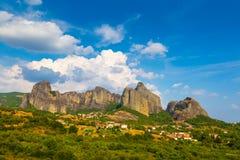 Paisaje de la montaña con las rocas y el monasterio de Meteora Fotografía de archivo