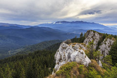 Paisaje de la montaña con los acantilados rocosos foto de archivo