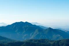 Paisaje de la montaña con niebla de la mañana Fotografía de archivo libre de regalías