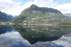 Paisaje de la montaña con la reflexión en las aguas claras imagenes de archivo