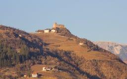 Paisaje de la montaña con un castillo en el fondo de la ciudad Imagen de archivo