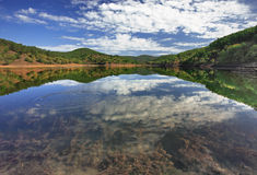 Paisaje de la montaña con un lago fotos de archivo libres de regalías