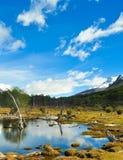Paisaje de la montaña con un lago en frente y la reflexión en el agua Fotos de archivo libres de regalías