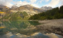 Paisaje de la montaña con un lago de Oeschinensee fotos de archivo libres de regalías