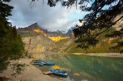 Paisaje de la montaña con un lago de Oeschinensee imagen de archivo