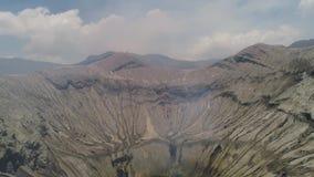 Paisaje de la montaña con un volcán activo metrajes