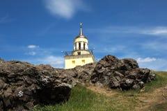 Paisaje de la montaña con una torre Región de Sverdlovsk, Nizhny Tagil Rusia Fotografía de archivo libre de regalías