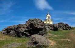 Paisaje de la montaña con una torre Región de Sverdlovsk, Nizhny Tagil Rusia Fotos de archivo
